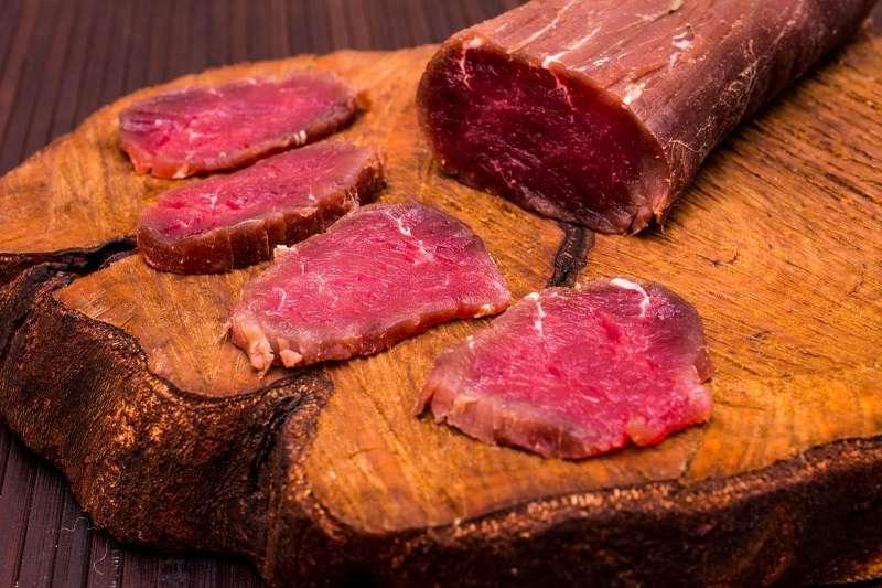 Залить водкой и в холодильник: все гости в восторге от этого мясного деликатеса