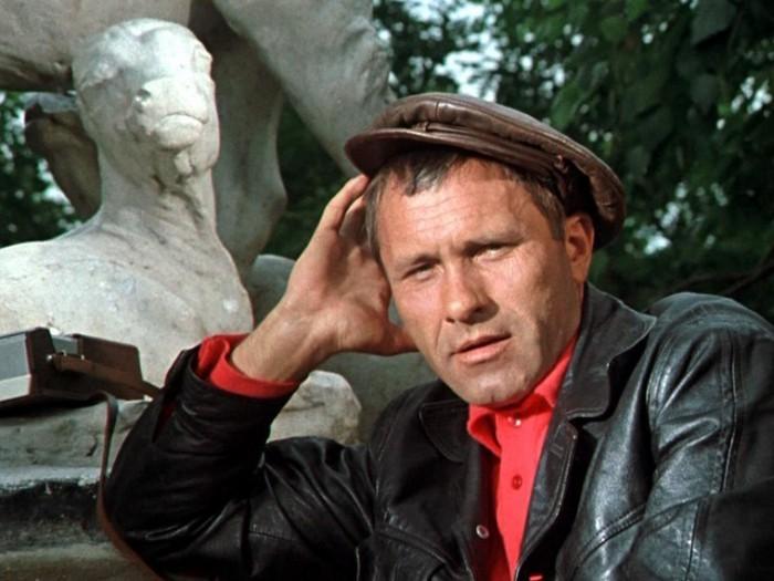Сатирический смешной рассказ Василия Шукшина «Крыша над головой» (1970).