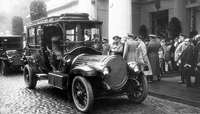 Какие машины стояли в гараже Николая II, и кому достался императорский автопарк после революции