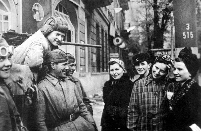 Война закончилась: красноармейцы и немки радушно беседуют на улице Берлина./Фото: realtribune.ru