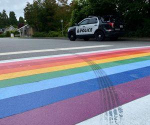 В Канаде обвинили в вандализме водителя, оставившего следы шин на радужном переходе