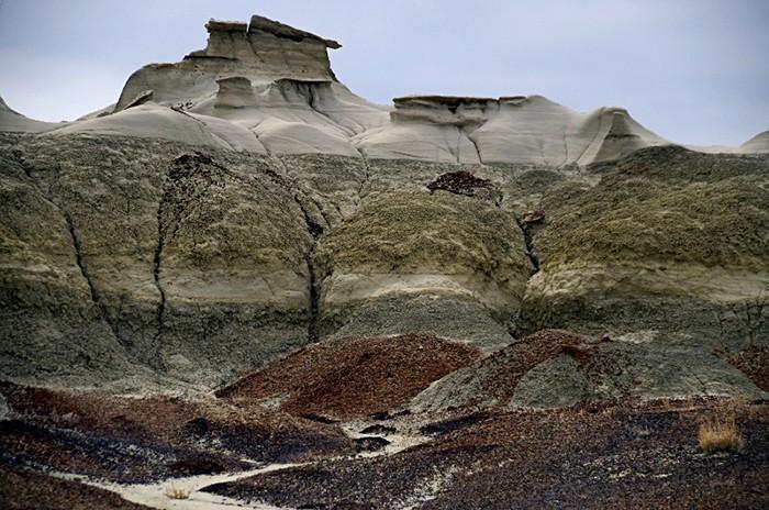 Разноцветные породы пустыни.  Фото: squirella.