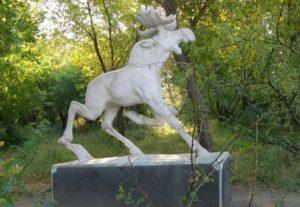 В Портленде борцы с расизмом сожгли статую лося, установленную в начале прошлого века