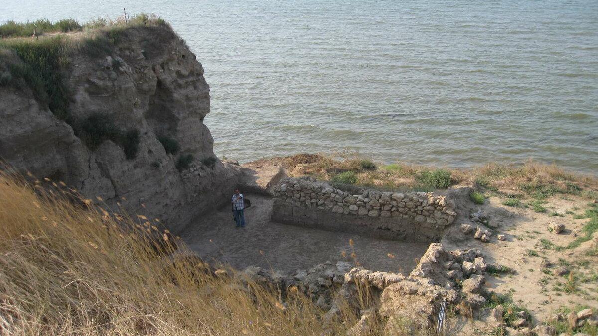 Сейчас место крепости Тмутаракани - это археологический памятник Таманское городиже