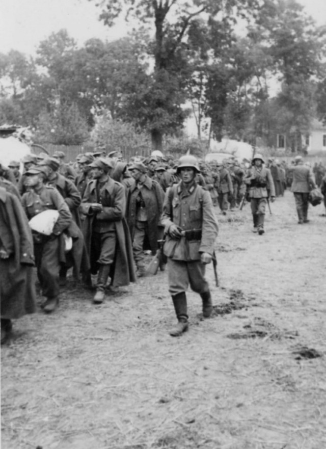 Немецкие солдаты конвоируют польских военнопленных. Сентябрь 1939
