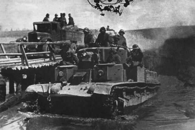 Советский танк форсирует реку в Западной Белоруссии. Сентябрь 1939
