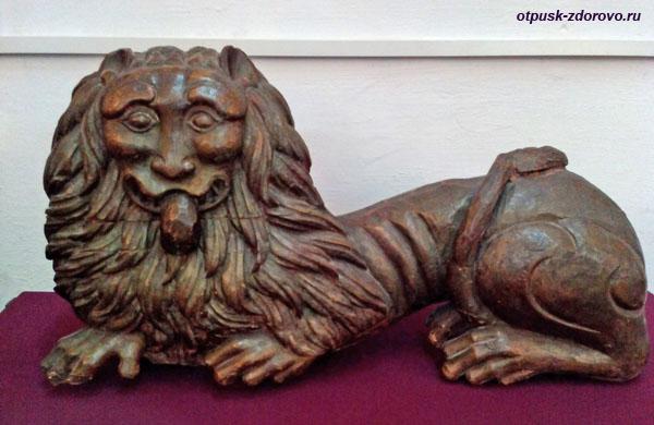 Деревянный лев высунул язык, музей Белой Палаты Ростовского Кремля