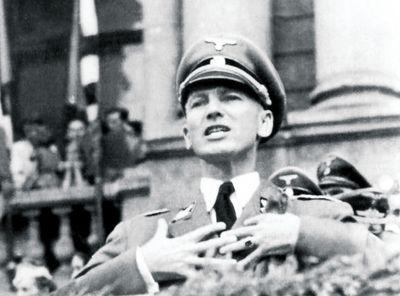 Губернатор Галичины Отто Вехтер распинается на митинге перед только что навербованными Галицкими эсэсовцами