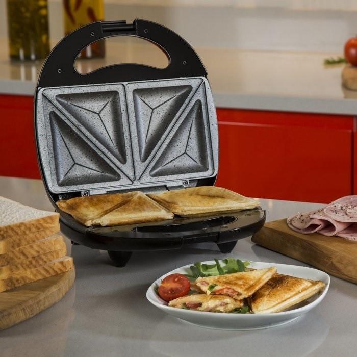 Бутербродница равномерно поджаривает сэндвич сверху и снизу. / Фото: kvartblog.ru