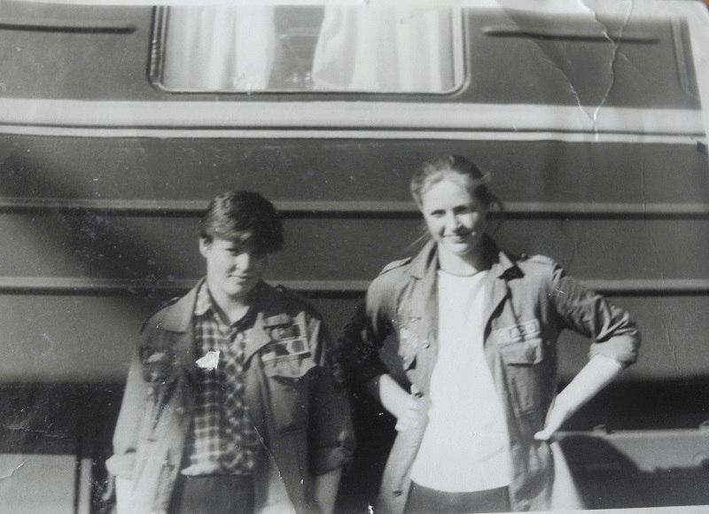 Я сама в 13 лет  ездила в стройотряд  с сестрой, правда, просто покататься. Сестра слева, она старше на 6 лет :)
