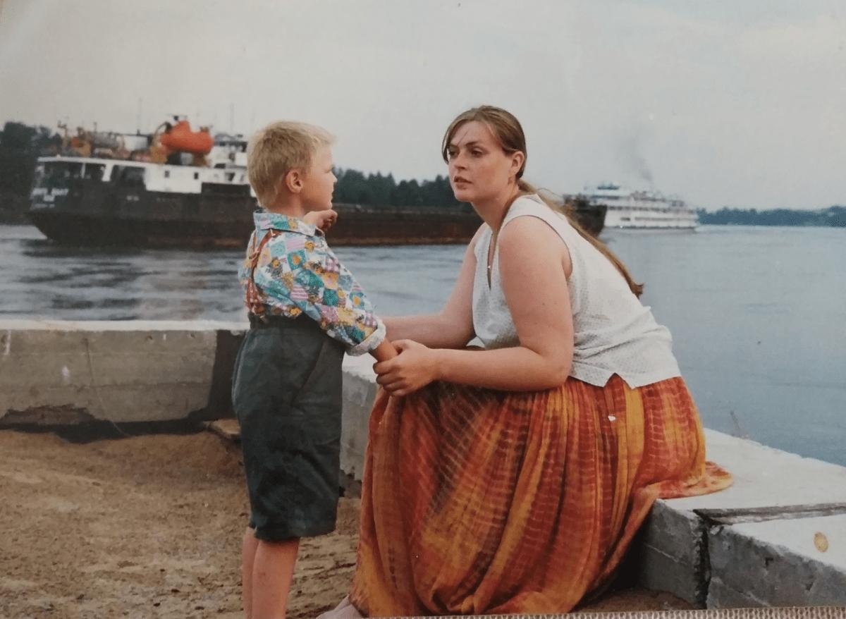 1998 год, остров посреди Невы. Мой старший сын - родился в 1995 году. Сейчас он уже инженер на Балтийском заводе.