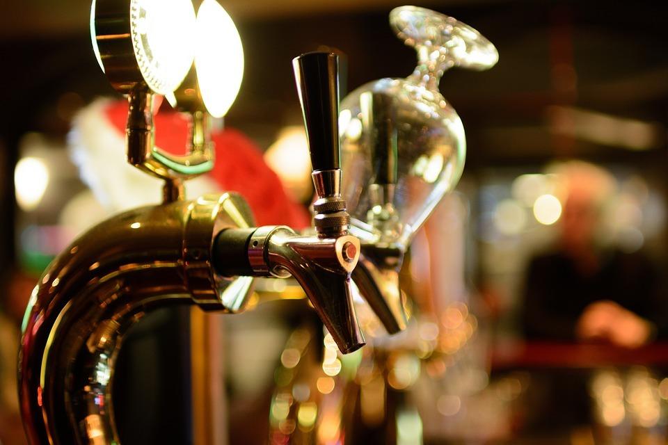 Почему бар называют «баром», и чем он отличается от паба с таверной