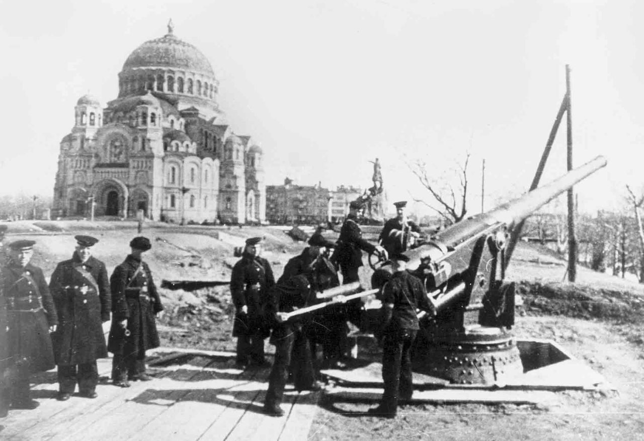 Фашисты хотели сровнять Кронштадт с водой, но город выстоял