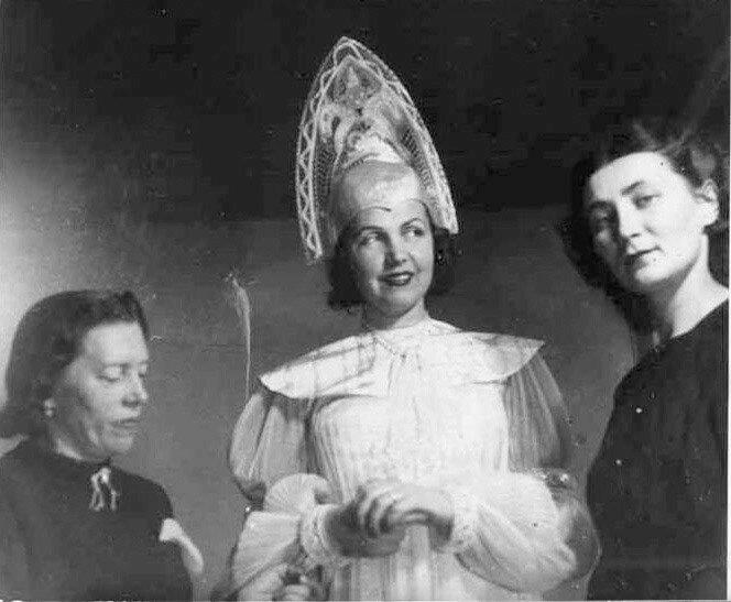 ___Фотографии с примерки костюмов к кф Каменный цветок на киностудии Баррандов. В центре актриса Т. Макарова, справа - художник по костюмам О. С. Кру…