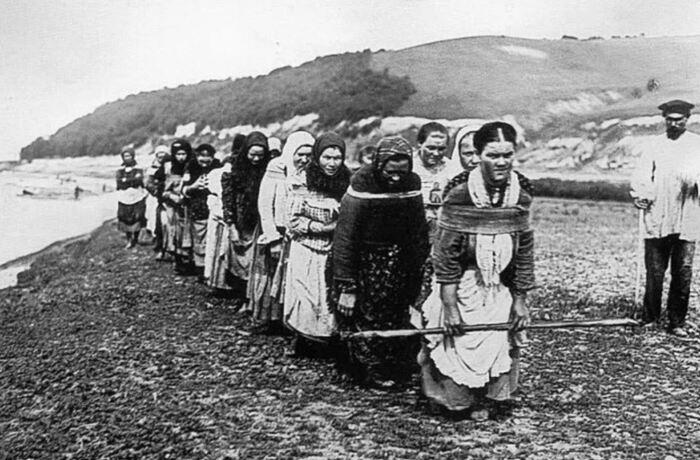 Бурлаки-женщины пользовались даже большим спросом. |Фото: geonetia.ru.