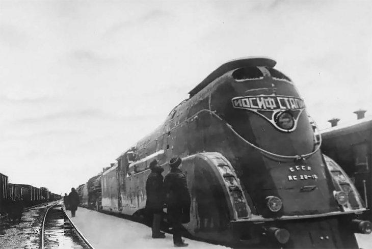 """Российские мастера собрали стимпанк-мотоцикл, стилизованный под локомотив """"Иосиф Сталин"""""""
