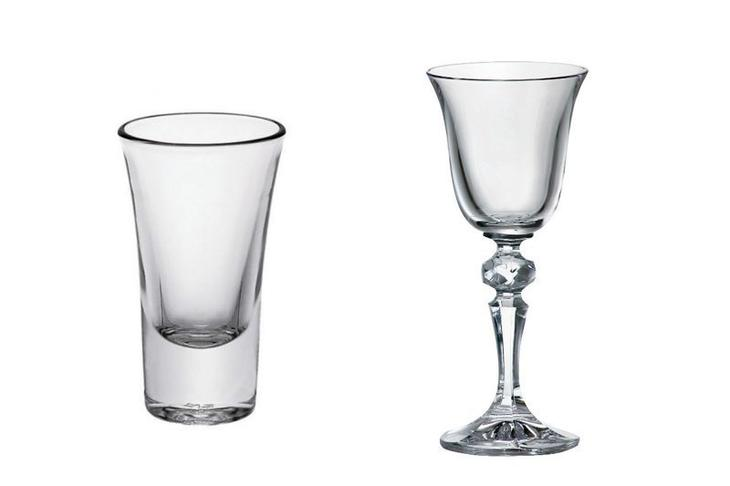 Стопка и рюмка отличаются объемом. Так, современная стопка обычно обладает вместительность 100 грамм и из нее пьют водку, коньяк, а рюмка - 50-75 грамм и пьют из нее коктейли, вино, ликеры. Рюмка может иметь ножку, а стопка нет выпивка, интересное, история, лафитники, посуда, рюмки, стаканы, факты