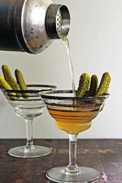 Коктейль Грязный мартини с огуречным рассолом и укропной водкой.