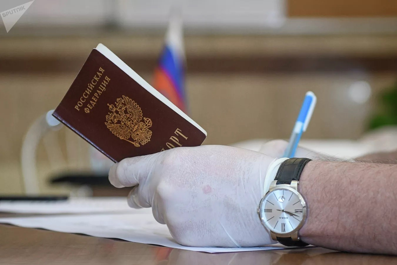 Путин внес в Госдуму проект о запрете второго гражданства для госслужащих. Либерда притихла