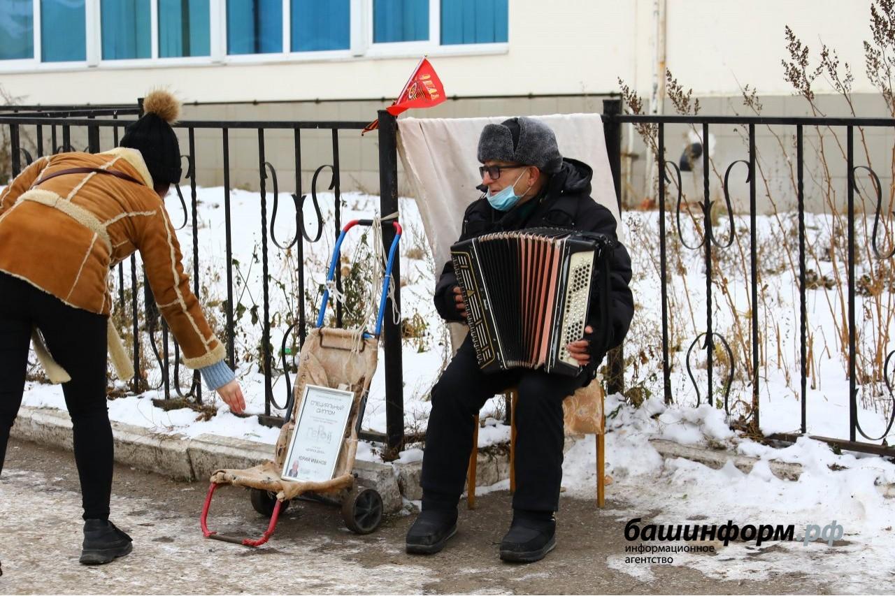 В Уфе баянист-сирота уже 10 лет собирает деньги на улице для игрушек детям из дома малютки