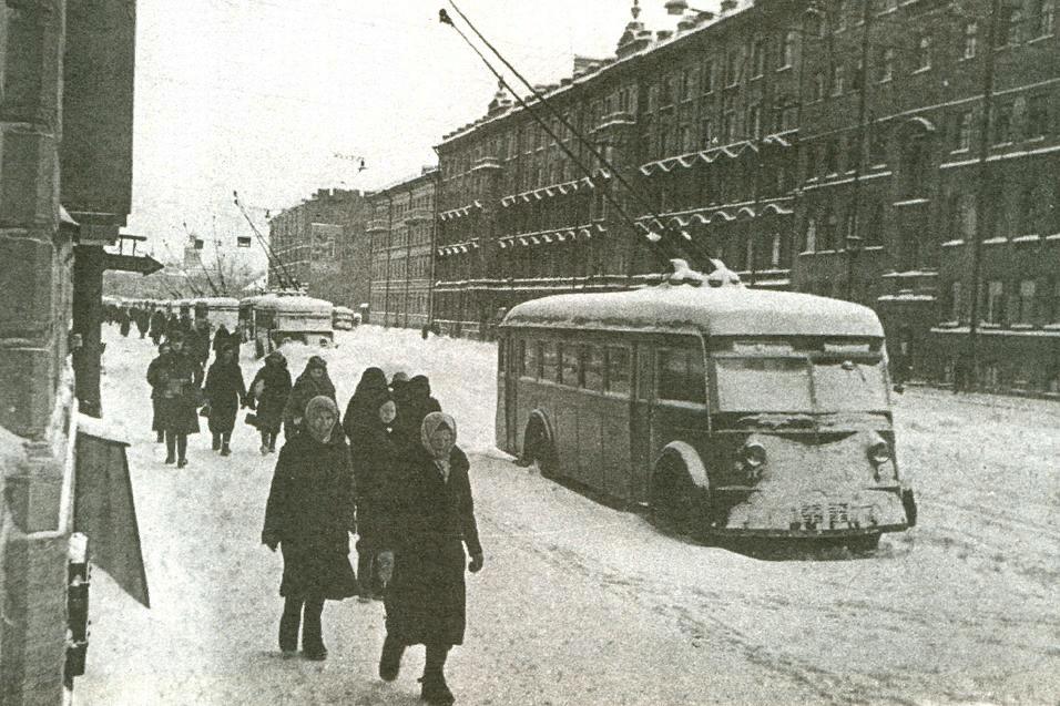 Первая военная зима была особенно холодной. Это стало дополнительным фактором, который наряду с голодом стал испытанием для ленинградцев. Да и весна 42 года была в этом городе самой холодной и затяжной в 20 веке!