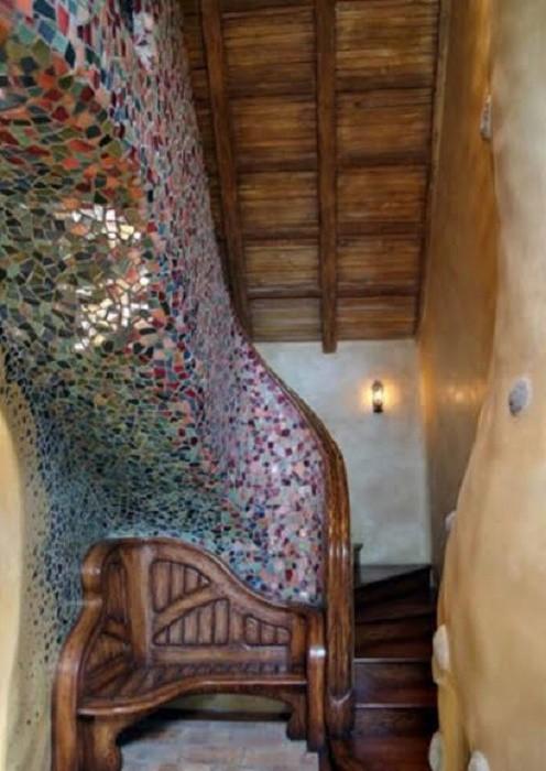 Сказочная лестница гармонично вписывается в интерьер дома (The Witch's House, Лос-Анджелес). | Фото: lastmovieoutpost.com.