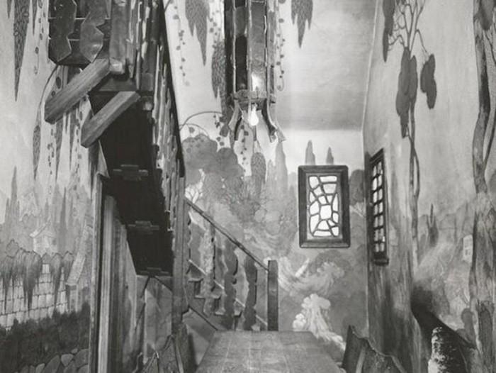 Вот так выглядела прихожая в те времена, когда «Ведьмин дом» еще снимали в кинолентах. | Фото: lastmovieoutpost.com.