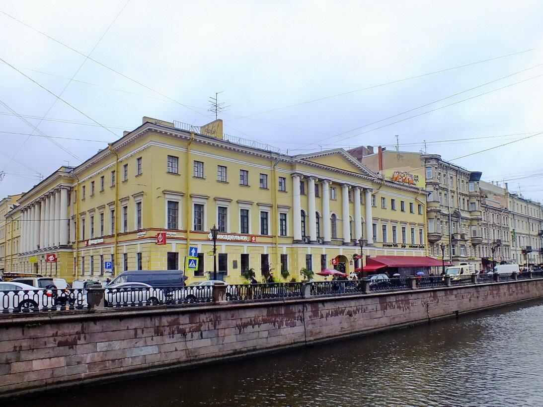 Школа-пансион иезуитов в Санкт-Петербурге. Как всегда: скромно (размером всего с один квартал), изящно, со вкусом.
