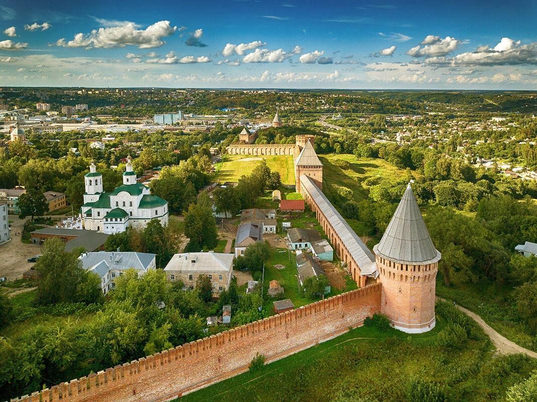 Стена смоленской крепости сегодня. Фрагмент. Полностью в кадр не помещается -- все же без малого 7 (семь) километров в длину!