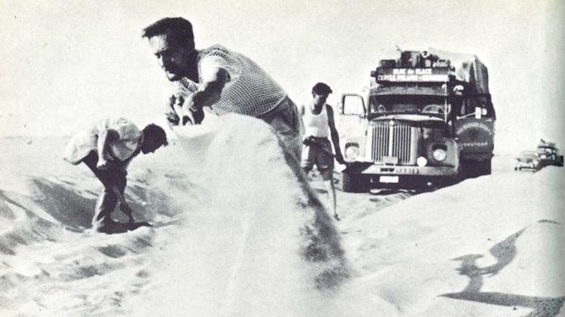 Мужчины откапывают автомобиль в Сахаре