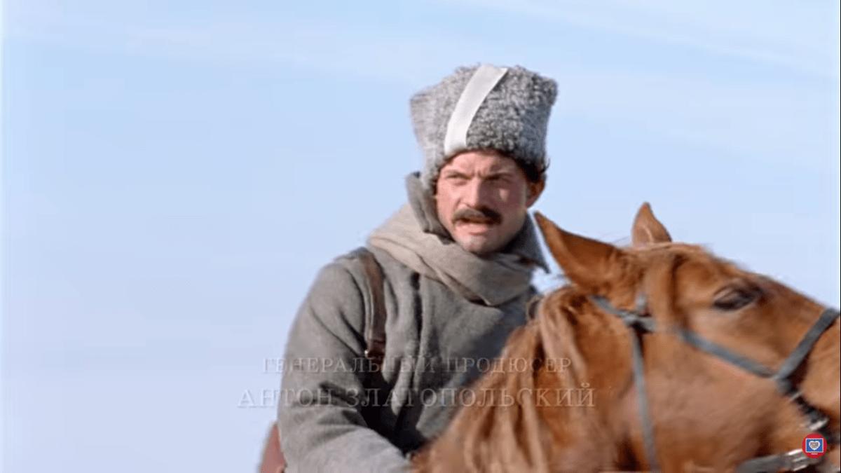 Изначально казаки носили белые повязки.