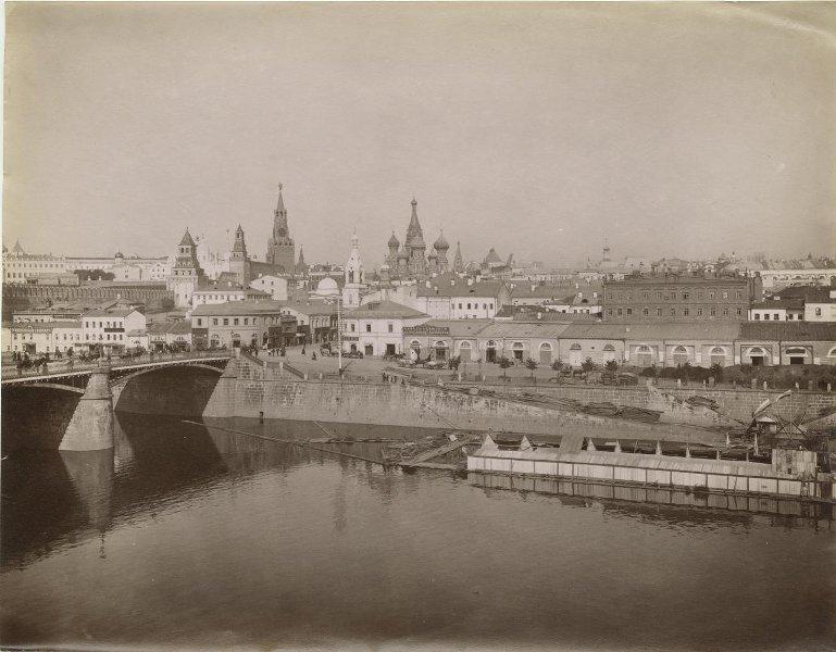 Вид на Кремль, квартал на Васильевской площади и Зарядье со стороны Раушской набережной Неизвестный автор, 1890-е, г. Москва, МАММ/МДФ.