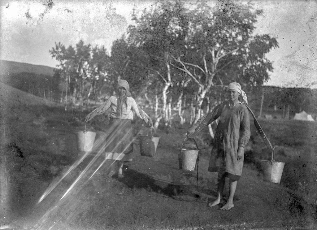 Девушки с коромыслом Неизвестный автор, 1929 - 1939 год, из архива Александра Евгеньевича Архипова.