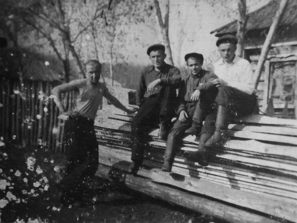 Сельские парни Николай Измайлов, 1 января 1948 - 31 октября 1953 года, Ульяновская обл., Николаевский р-н, с. Чувашский Сайман, из архива Дарьи Микацадзе.