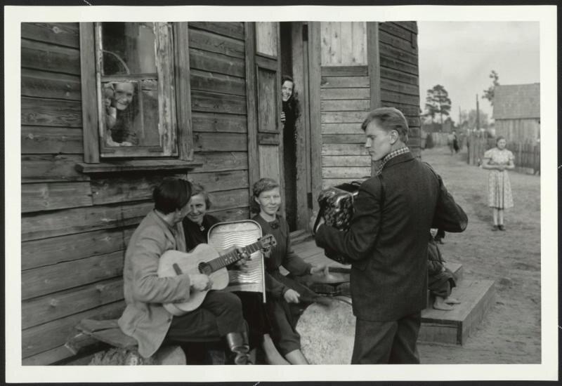 Воскресенье в рабочем поселке Антанас Суткус, 1959 год, Литовская ССР, пос. Ежерелис, МАММ/МДФ.
