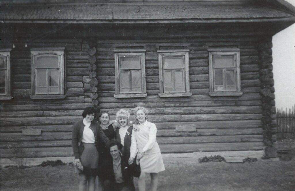 У сельского клуба Неизвестный автор, 1970 - 1974 год, Калининская обл., Бежецкий р-н, дер. Чудинково, из архива Ольги Евгеньевны Шитовой-Беловой.