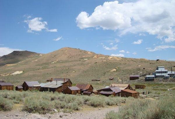 На фото: Все грунтовые американские дороги ведут к депрессивным американским поселкам и деревням.