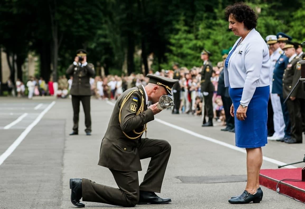 Офицеры ВСУ на коленях