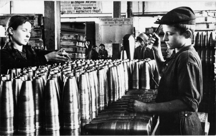 На производствах на станках работали именно подростки, их отцы и старшие братья сражались в это время на фронте / Фото: m.fotostrana.ru