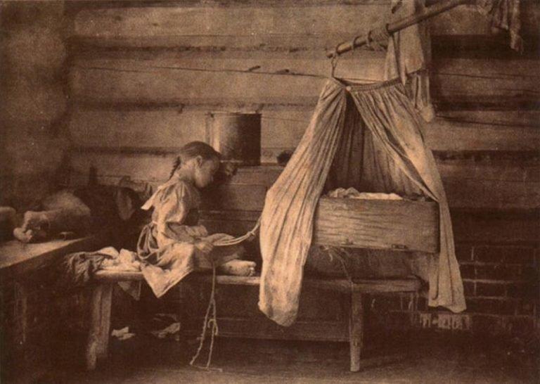 Бабка- пупорезка в деревне всем родня! Как рожали на Руси