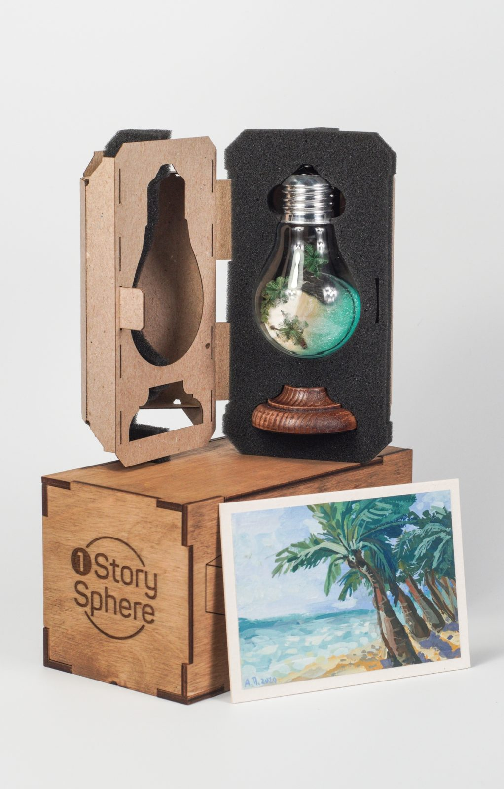 Мир в лампочке: как мастер поместил детальные диорамы в необычные сосуды