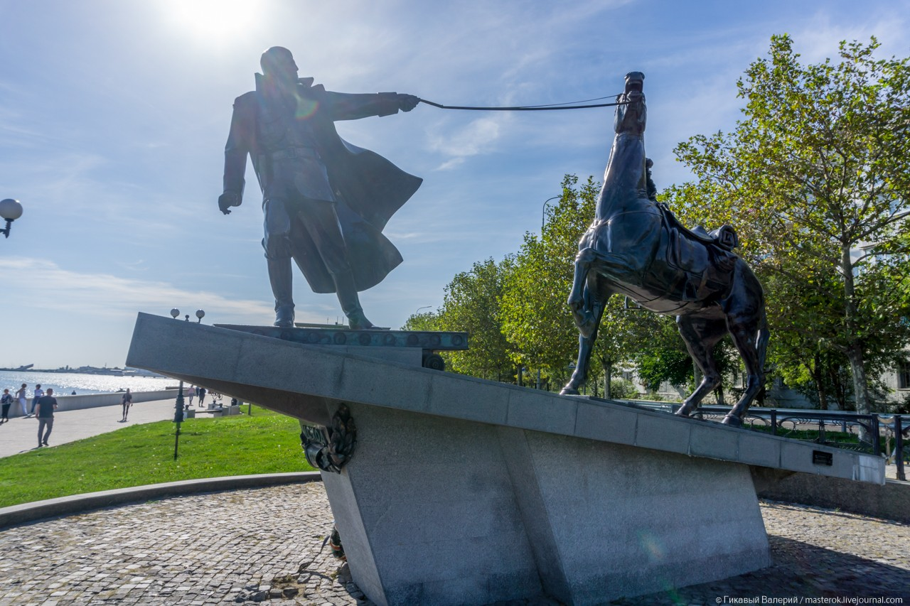 """Памятник """"Исход"""" как символ «Новороссийской катастрофы» и бегства белогвардейцев"""